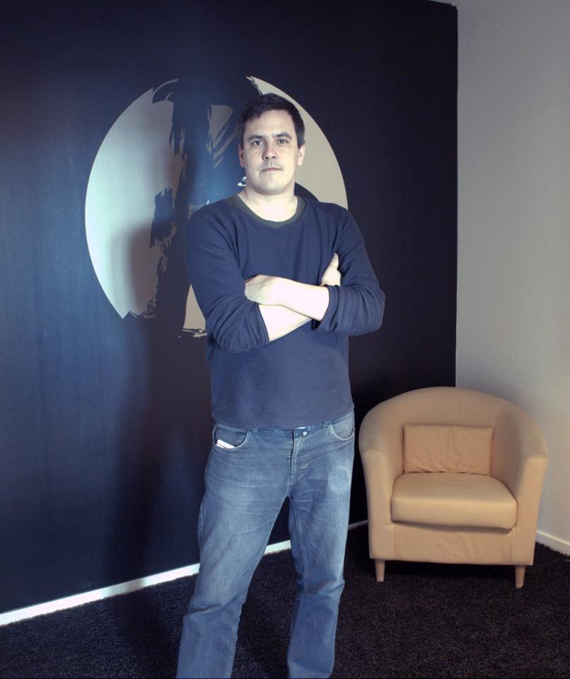 Magnus Bråth framför Braths logotype